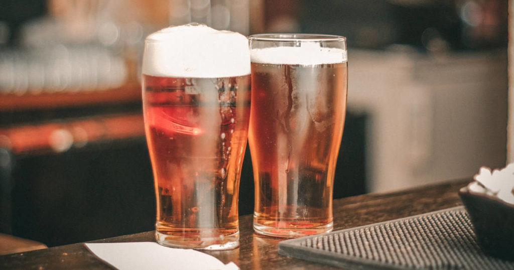 Dois copos de cerveja lager